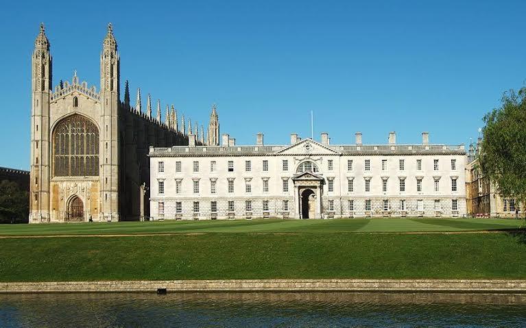 تعد جامعة كامبريدج أصعب جامعة يمكن الالتحاق بها، إذ يتطلب دخولها الحصول على 601 درجة، كما أن على طلابها الحصول على درجات مرتفع