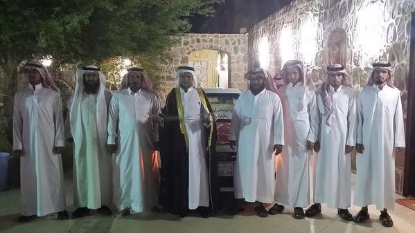 معلمون بالمدينة يهدون حارس مدرستهم سيارة