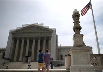 المحكمة الأميركية العليا تقضي بتطبيق جزئي لمرسوم ترامب حول الهجرة