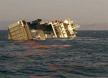 إنقاذ 16 من طاقم سفينة بضائع تعرضت للغرق في طريقها للسعودية بالبحر الأحمر