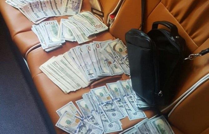 القبض على آسيوي سرق حقيبة زائر بداخلها آلاف الدولارات والريالات