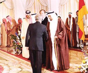 الملك خالد يصافح مستقبليه وبجواره الرئيس الألماني دكتور كارل كاستر والأمير سعود الفيصل