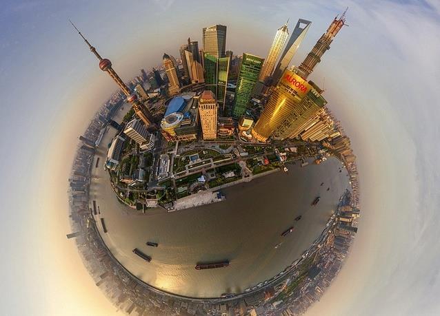 """شنغهاي - الصين، حيث يظهر برجا """"أورورا"""" و""""أورينتال بيرال تي في""""."""