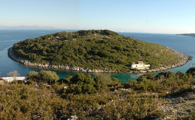 جزيرة KALTSONISI  في اليونان ، وتمتد على مساحة 25 فداناً ، وتضم كنيسة صغيرة تعود لعام 1686 ، وهي غير مأهولة ولكن تم منحها ترخيص