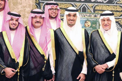 تركي الفيصل ومشعل بن ماجد يتوسطهما العريس عبدالعزيز بن تركي