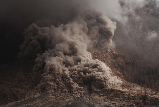 رماد ساخن ينبعث من بركان جبل سينابونغ في هضبة كارو