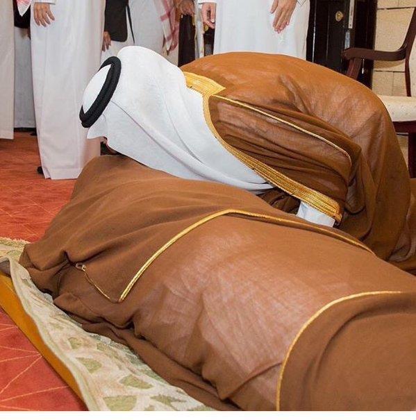 صورة مؤثرة.. خالد الفيصل ينكب على جثمان شقيقه بندر مودعاً له لدى الصلاة عليه