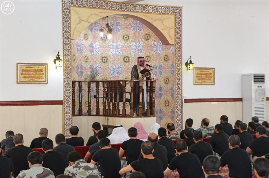 الصور.. المصلون يؤدون صلاة الجمعة