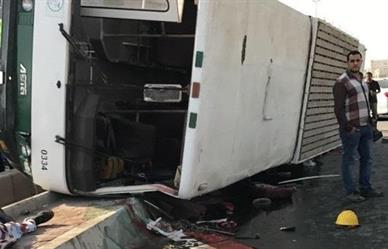وفاة وستة إصابات بحادث انقلاب باص في جدة