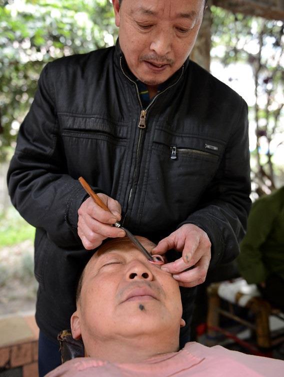 فن تنظيف مقلة العين عند الحلاق في الصين شىء لايصدقه عقل D3e0a0c4-7886-47d2-a7d1-7977d7ffaa1e