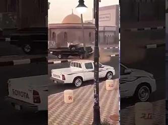 بالفيديو.. مفحط يفقد السيطرة على سيارته ويصطدم بعامود إنارة في أحد شوارع الرياض
