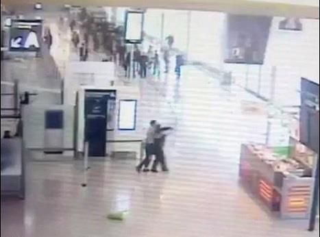 """شاهد.. لحظة هجوم """"بلقاسم"""" على شرطية بمطار أورلي الفرنسي ومقتله"""