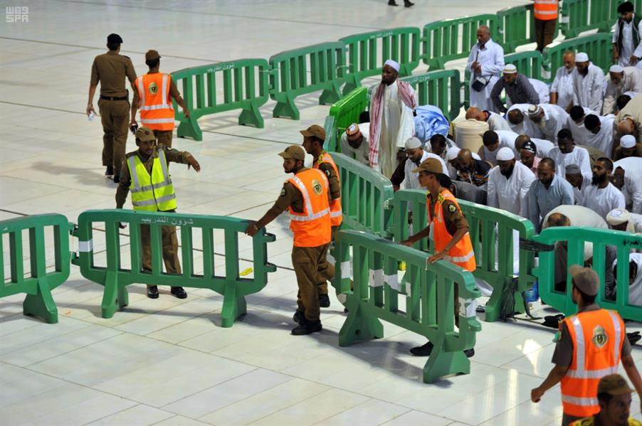 شاهد.. جهود رجال الأمن في خدمة زوار بيت الله الحرام
