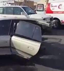 بالفيديو.. انشطار سيارة واحتجاز سائق سيارة أخرى بسبب السرعة في حادث شنيع بالرياض