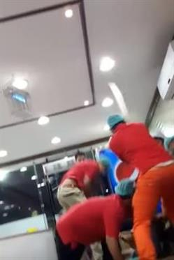 بالفيديو.. شجار عنيف بين مجموعة من الشباب وعمالة وافدة بالأحساء