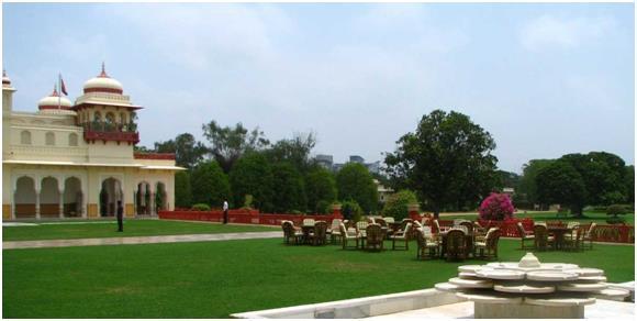 """فندق""""Rambagh Palace"""":- ويقع في مدينة """"جايبور"""" الهندية، ويتميز بحدائقه مترامية الأطراف، وبتصميمه المعماري الجميل، وحجراته الممي"""