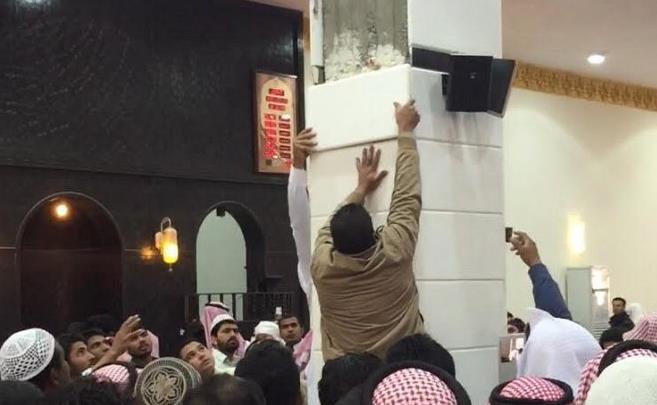 إصابة مصلين إثر سقوط قطع من «الرخام» لأحد أعمدة المساجد في عفيف - صور