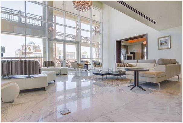 شقة من طابقين في مارينا ريزيدنس بجزيرة نخلة الجميرا، تحتوي على نوافذ تمتد من الأرض حتى السقف بالإضافة إلى غرفة سينما، وتطل على