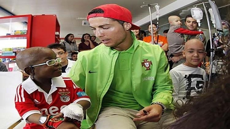 4- حريص على مساعدة الفقراء والمحتاجين ويحب العرب: يرجع سبب اهتمام رونالدو بالفقراء والمحتاجين وخاصة الأطفال إلى نشأته، إذ ل