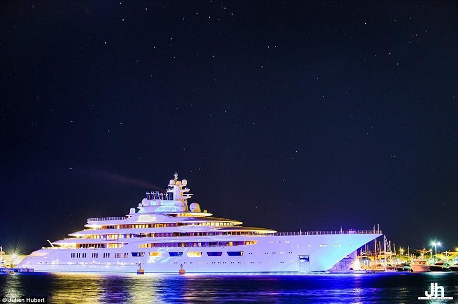 بالصور.. ملياردير روسي يتسلم أكبر يخت فاخر في العالم