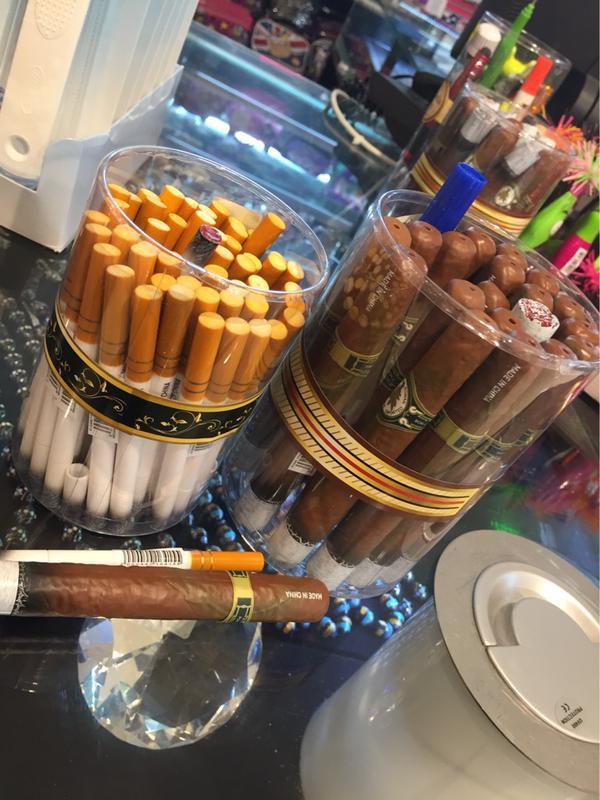 بالصور.. التجارة تصادر أقلاماً على شكل سجائر في مكة المكرمة