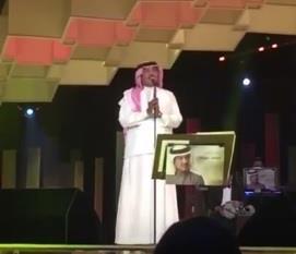 بالفيديو.. محمد عبده مخاطباً جمهوره في دبي: إن شاء الله فننا ما يفضل في المنفى