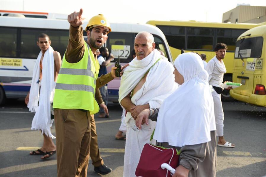 حجاج بيت الله يتوافدون إلى صعيد عرفات