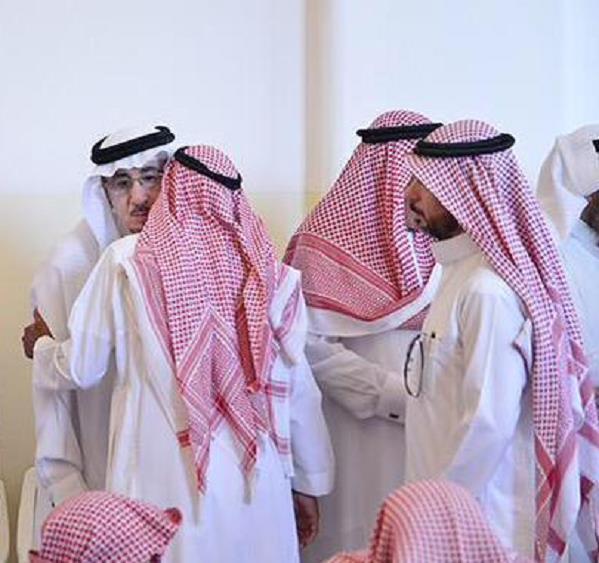 """بالصور.. وزير العمل في تأثر بالغ يودّع أخيه الإعلامي """"الدوسري"""""""