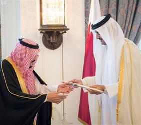 بالصور.. أمير قطر يهدي خادم الحرمين سيفا تذكاريا