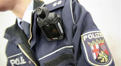 ألمانيا.. رفض شرطي مسلم مصافحة زميلته يثير موجة من الجدل