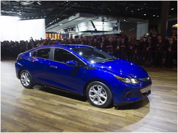 """كما وتقدم جنرال موتورز نسخة جديدة من سيارة """"شيفرولية تشيفي فولت"""" الكهربائية الهجينة."""