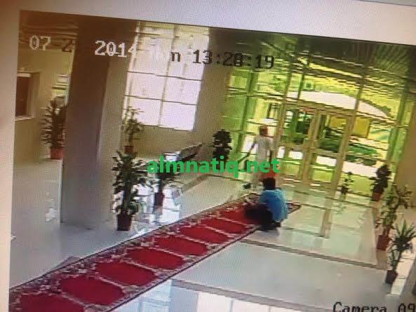 """بالصور..موظف ببلدية """"شواق"""" يحاول إحراق"""