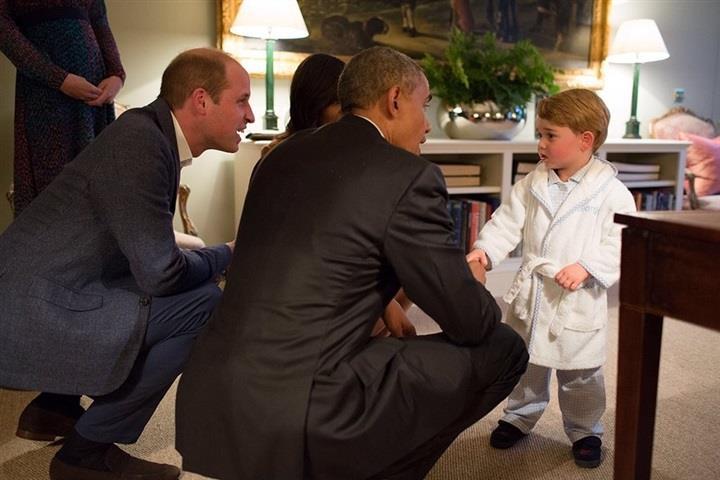 بالصور.. أمير بريطاني يستقبل أوباما بملابس النوم