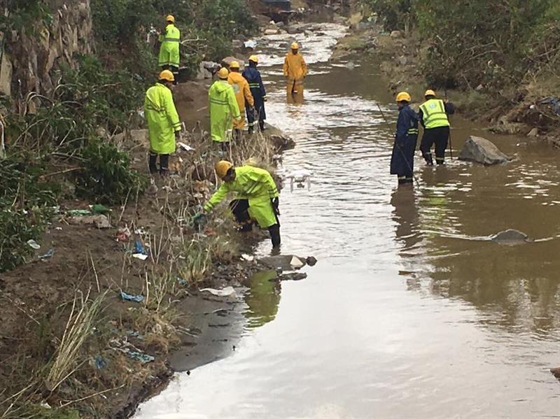 """""""مدني عسير"""" يعثر على جثة المفقود الذي جرفته مياه السيل بأبها (صور)"""