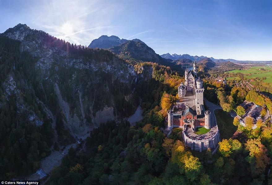 """تبدو الصورة وكأن هناك شيء خرافي في قلعة """"نويشفانشتاين"""" في ألمانيا، التي تحتضنها الجبال"""