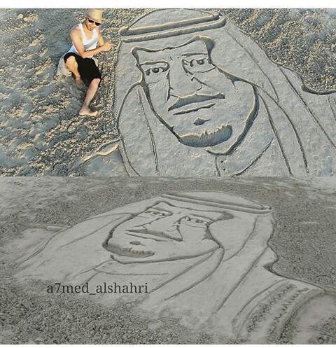 شاهد.. فنان عماني ينجز لوحة رملية للملك سلمان على أحد شواطئ صلالة