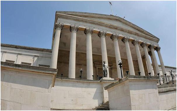 تفتخر كلية لندن الجامعية بكونها أول جامعة في لندن، تقبل الطلاب من أي جنس أو دين أو طبقة، ويتطلب الالتحاق بها الحصول على 500 در