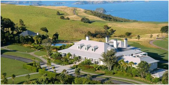 """-  فندق"""""""" The Lodge at Kauri Cliffs: - ويمتد على مساحة 6000 فدان في الجزيرة الشمالية في """"نيوزيلندا""""، ويحتوي على ملاعب للتنس، و"""