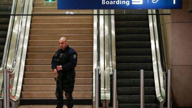 قوات أمن في مطار أورلي بعد الهجوم
