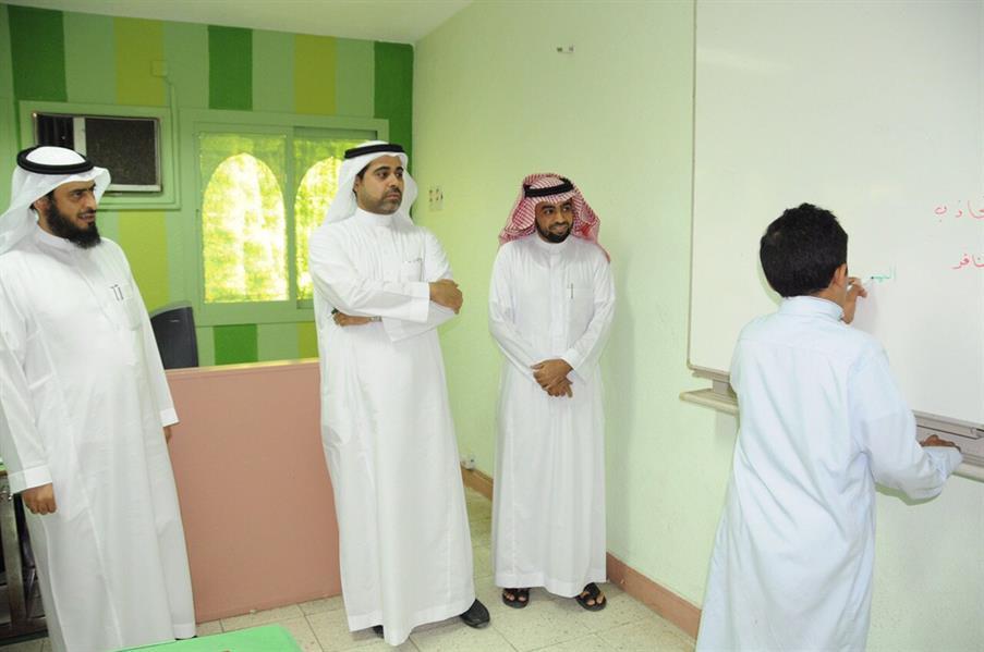 """مدير """"تعليم مكة"""" يزور الطالب المضروب ويقدم له هدية ويعتذر له"""