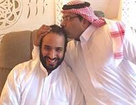 الأمير محمد بن سلمان خلال تقبيل أحد الإعلاميين