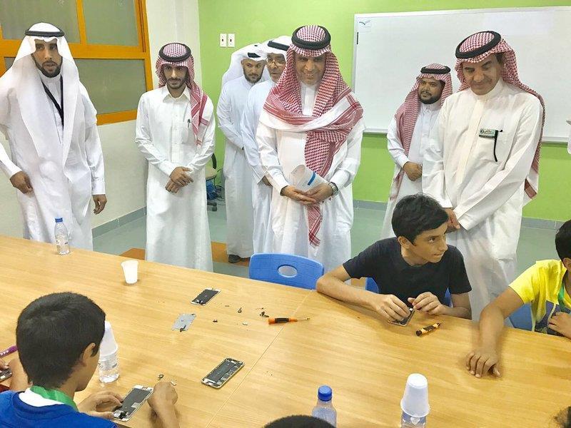 """شاهد.. """"العيسى"""" يشارك الطلاب ألعابهم خلال تدشين برنامج """"إجازتي2"""""""