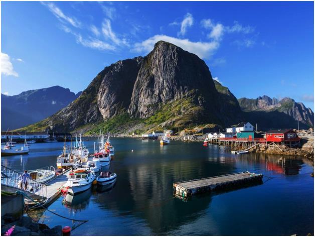 """جزر """"أفوتين"""" في النرويج، والتي تعتبر واحدة من أكبر تجمعات الشعاب المرجانية حول العالم، وهي عبارة عن أرخبيل قبالة سواحل النرويج"""