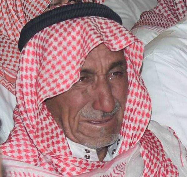 بالصور.. بكاء لوالد الشهيد المالكي