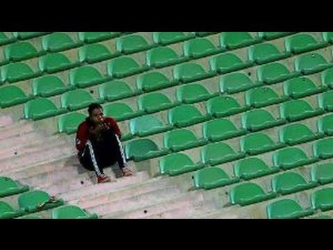 نادي تركي يعاقب مشجع بطريقة غريبة لأنه لم يحفاظ على نظافة مقعده في المدرجات