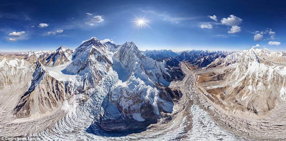 صورة مذهلة لجبل ايفرست، أعلى قمة جبلية على الأرض، وهو جزء من جبال الهيمالايا، والصورة في فصل الشتاء