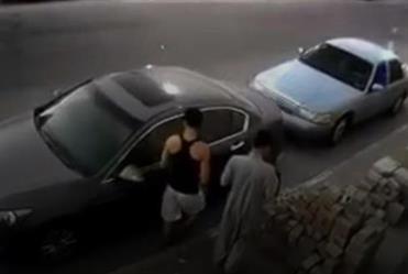 شرطة الشرقية تضبط شابين ظهرا بفيديو وهما يسرقان المركبات في نهار رمضان