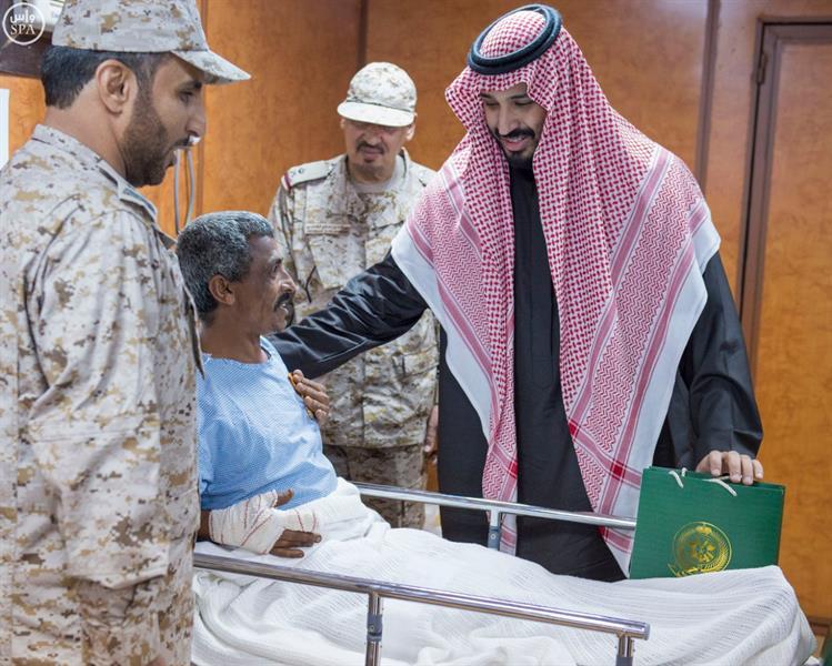 ولي ولي العهد يزور المستشفى الميداني المتقدم للقوات المسلحة بجازان ويطمئن على المصابين