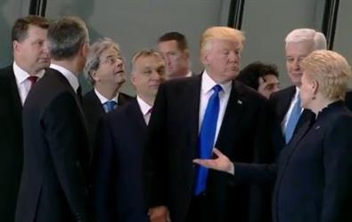 بالفيديو..  ترامب يثير الجدل بحركة غريبة مع رئيس وزراء الجبل الأسود
