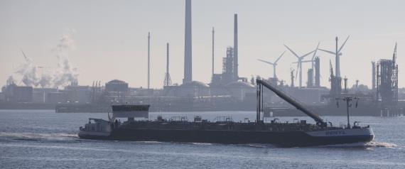 «الكويت»: «ناقلة إيرانية» قد تكون وراء «التسرب النفطي»